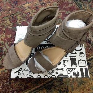 Bamboo tassel sandal